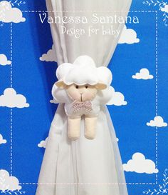 Prendedor de Cortina Ovelhinha!   O detalhe que faltava no quartinho do bebê! Confeccionado em feltro, enchimento acrílico na parte interna e detalhe de fita cetim na parte de trás para amarrar. Cores e estampas a escolha da mamãe! Pedidos: (11) 95494-6630 ou http://www.facebook.com/vanessaforbaby
