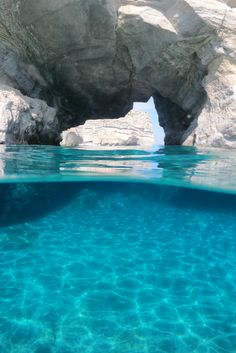 Discover Milos: in the heart of the Aegean, in the Cyclades, you'll find beautiful beaches and a lunar landscape that is bound to amaze you! Vacation Places, Dream Vacations, Adventure Bucket List, Travel Set, Greek Islands, Greece Travel, The Good Place, Mykonos, Travel Destinations