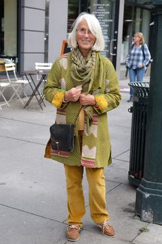I think too many people in Oslo dress in black. I was therefore very glad when I met this colourful woman in our main street.