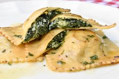 Learn how to prepare the most amazing homemade Ravioli pasta with Spinach and Ricotta filling, that the whole family will enjoy. Get the recipe today. Spinach Ravioli Filling Recipe, Ravioli Pasta Recipe, Homemade Ravioli Filling, Spinach And Ricotta Ravioli, Homemade Pasta, Spinach Stuffed Mushrooms, Spinach Stuffed Chicken, How To Prepare Pasta, Vegetarian Recipes