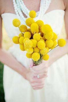 La Craspedia es una flor cálida, elegante y alegre dando mucho colorido a nuestra Boda.