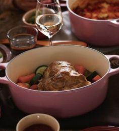 「[ル・クルーゼ公式] 豚肉のポット・ロースト」大きなかたまり肉をお鍋にまるごと入れてジューシーに仕上げます。パーティーにもぴったりのメニューです。【楽天レシピ】