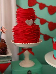 Red ruffle cake with heart Fancy Cakes, Cute Cakes, Pretty Cakes, Pink Cakes, Gorgeous Cakes, Amazing Cakes, Wedding Fotografie, Red Cake, Valentines Day Cakes