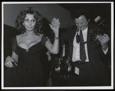 Galella aiuta Sophia Loren a scendere le scale. Con la diva italiana ha sempre avuto un legame speciale