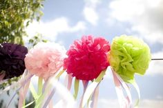 DIY is one of the latest trends in wedding decoration. In addition to saving a few pounds, you will also make your wedding that much more personal.  Today we explain how to make some beautiful tissue paper pompoms.