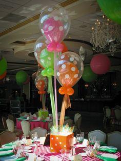 Centro de mesa con globos transparentes de punticos, precioso. #CentroDeMesa