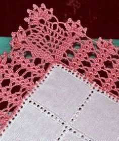 You certainly have seen one or another crochet nozzle around, even if you didn't know that was the name. This is because the crochet nozzle, which is also Crochet Border Patterns, Crochet Boarders, Crochet Diagram, Doily Patterns, Filet Crochet, Diy Crochet, Crochet Tablecloth, Crochet Doilies, Crochet Flowers