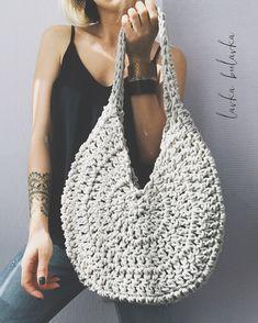 Adorable handbag round shape with its free grid! Crochet Wallet, Crochet Tote, Crochet Handbags, Crochet Purses, Easy Crochet, Crochet Stitches, Knit Crochet, Crochet Patterns, Crochet Round