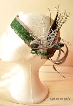 Banda en tonos verdes y plateados con tul y plumas. Más en natalialuzentupelo.blogspot.com.es #tocados