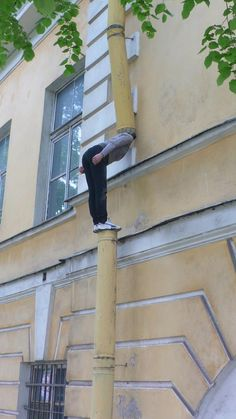 Bodies in Urban Spaces – Art Installations by Cie. Willi Dorner