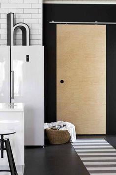En dörr i plywood bryter det traditionella. Varför inte klä insidan av ytterdörren i plywood för en råare look i entrén?