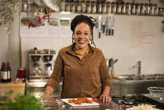 MUST SEE: Surinaamse recepten van tv-kok Sharon de Miranda This Girl Can, Chef Jackets, Van, Cooking, Food, Garden Ideas, People, Recipes, Fashion