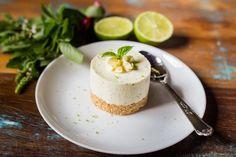 """A leitora Erika Piacentini nos mandou essa receita deliciosa de uma sobremesa já querida por todos. Esta é a descrição dela sobre a Cheesecake de Limão e Manjericão: """"Como gosto de desafios, tentei..."""