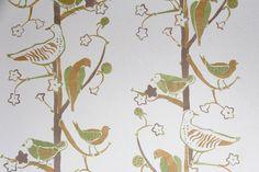 Šablonová malba, vzor Ptáčci.  Vícebarevná šablona na bílém podkladu. / Pattern painting on the wall called Garden birds.