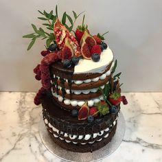 Tarta naked con dripp de chocolate y decoración frutal. Chocolate, Cake, Desserts, Food, Tailgate Desserts, Deserts, Kuchen, Essen, Chocolates