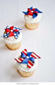 DIY: Patriotic Pinwheel Cupcakes w/ Fondant Pinwheel Tutorial! Patriotic Desserts, 4th Of July Desserts, Patriotic Cupcakes, Desserts Diy, Baking Desserts, Health Desserts, Summer Desserts, Mini Cupcakes, Cupcake Cakes
