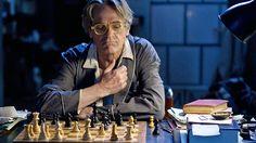 """Nachtzug nach Lissabon - Auf der Reise zu sich selbst. / Raimund (Jeremy Irons) beim einsamen Schachspiel. """"Mundus"""" wie er von seinen Schülern genannt wird, ist Lateinlehrer an einem Gymnasium. Seit Jahren verläuft das Leben des geschiedenen und einsamen Lehrers in festen Bahnen."""