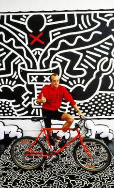 Keith Haring na Factory de Andy Warhol, em 1986, fotografado por Vladimir Sichov. Veja mais em http://semioticas1.blogspot.com/2011/07/arte-do-grafite_15.html