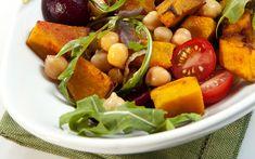 Fırınlanmış tatlı patatesler, haşlanmış nohut, yeşillikler ve tahin yanı sıra sarımsağın tat kattığı sos. Patatesli nohut salatası tarifi şahane mi ne?