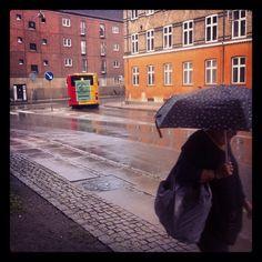 Piove sempre nel giorno degli addii.