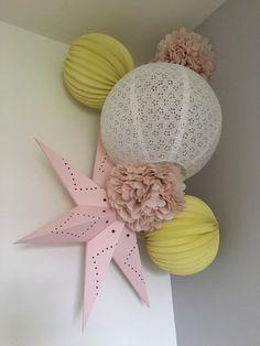 Décoration de chambre de fille rose et jaune #deco #chambre #fille #rose #jaune #kidsroom #girl #pink #yellow #lanterne #boulepapier #pompons
