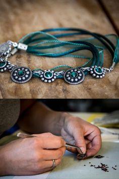 Diese Trachten-Halskette aus versilbertem Zinn, die mit grünen Swarovski-Kristallen besetzt ist, entsteht in der traditionellen Metallwerkstätte Schrabacher in Gmunden. Zinn, Swarovski, Bracelets, Jewelry, Fashion, Accessories, Crystals, Neck Chain, Nice Asses