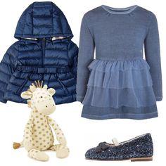 Per la nostra piccolina ho scelto un outfit che la farà sentire una principessa. Vestito di maglina vintage indigo, ballerine con cinturino blue glitter, piumino blu in piuma d'oca con cintura e cappuccio. Non dimentichiamo poi la giraffa che lei tiene sempre stretta.
