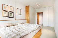V ložnici mají majitelé k dispozici vestavěné skříně ve tvaru písmene L.