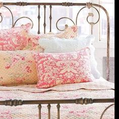 Wrought iron bed and pretty bedding Shabby Chic Bedrooms, Shabby Chic Homes, Shabby Chic Furniture, Country Bedrooms, Bedroom Vintage, Trendy Bedroom, Vintage Beds, Vintage Decor, Cottage Bedrooms