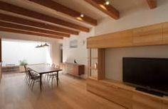 家具との調和: 根來宏典建築研究所が手掛けたリビングです。
