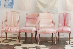 Akvarely v růžové, úchvatná romantika. I když se jedná o jednu potahovou látku, je kouzlo v tom, že na každé židli je jiná část vzoru. Všechno je propojené, ale ne stejné.