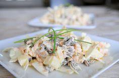 Deze witte koolsalade maken we extra lekker en gezond met appel, ongezouten noten en rozijnen. Koolsalade is voedzaam en gezond!