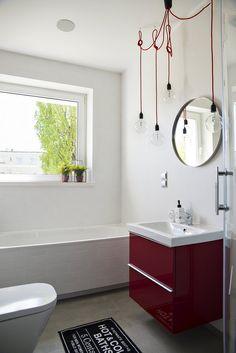Aranżacja łazienki w bieli i czerwieni