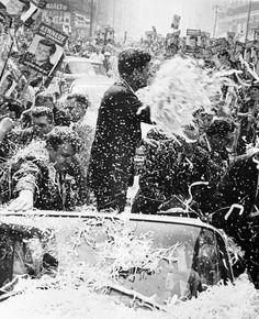 IlPost - John Kennedy festeggiato dai sostenitori a Los Angeles il 1° novembre 1960 (AP Photo) - John Kennedy festeggiato dai sostenitori a Los Angeles il 1° novembre 1960 (AP Photo)