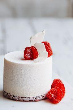 Entremets de mousse diplomate vanille, gelée et biscuit framboise, meringue et sablé - Raspberry and vanilla bean mousse cake