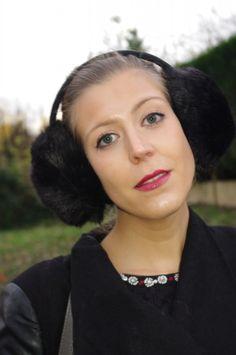 Miss Glamazone porte élégamment un cache-oreille noir #toutacoo que vous pouvez retrouver ici : http://www.toutacoo.fr/cache-oreilles/1757-cache-oreilles-noir.html