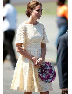 On aime: la ressemblance avec la robe de sa défunte et célèbre belle-mère Lady Diana lors de son voyage à Auckland en Nouvelle-Zélande. On lui pique: son look très 70's. Comme Kate