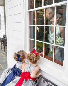 Caught in the act! We love these adorable spying flower girls. I NEED to have this Picture taken at my wedding! Oh and those flower girl dresses are adorable! Flower Girls, Flower Girl Photos, Wedding Photography Poses, Wedding Poses, Photography Ideas, Photography Awards, Something Borrowed Wedding, Dream Wedding, Wedding Day