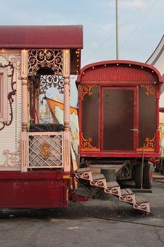 Circus Caravans (Photo credits go to: Like Rocks In Riots) Circus Aesthetic, Aesthetic Vintage, Gypsy Caravan, Gypsy Wagon, Circo Vintage, Water For Elephants, Dark Circus, Gypsy Life, Gypsy Soul