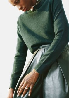 & Other Stories - Green Leather Skirt and Jumper Green Leather Skirt, Green Jumpers, Style Feminin, Slytherin Aesthetic, Street Style, Fashion Story, Look Cool, Shades Of Green, Trends
