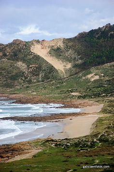Monte Branco - Cerca de Camariñas (La Coruña), la duna rampante (la arena trepa monte arriba) más alta de Europa. A lo largo de los años, los vientos han empujado la arena, procedente de la playa de Trece, hacia el Monte Branco, hasta cubrir la ladera a unos 150 metros de altura.
