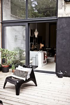 Black Walls Are The New Trend In Outdoor Decorating – AphroChic: Modern Global Interior Decorating Outdoor Walls, Outdoor Spaces, Outdoor Decor, Indoor Outdoor, Outside Living, Outdoor Living, Outdoor Life, Exterior Design, Interior And Exterior