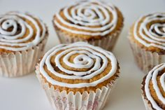 Kanelsneglemuffins - om at genopfinde en klassiker - Bagvrk. Baking Recipes, Cake Recipes, No Bake Desserts, Mini Cupcakes, Deli, Deserts, Food And Drink, Brunch, Snacks