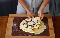 Recette - Tarte rustique au potiron, fromage de chèvre et noisettes en pas à pas Waffles, Breakfast, Easy, Desserts, Food, Recipes, Goat Cheese, Cooking Recipes, Seasonal Recipe