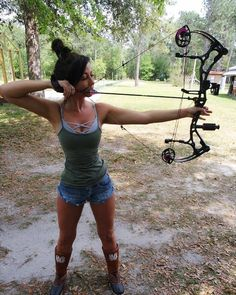 Collection of Internet photos featuring guns and fishing and girls. Please tag the girls if you know who they are or let me know if you would like a pic removed. Bow Hunting Girl, Bow Hunting Women, Archery Girl, Archery Hunting, Cute Country Girl, Military Women, Girl With Curves, Country Outfits, Sport Girl