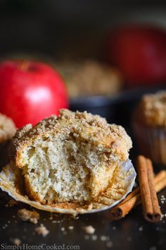 Delicious and moist Cinnamon Apple Muffins. A perfect dessert to make your day, and a perfect recipe that has apple bits and cinnamon spice! Healthy Apple Cinnamon Muffins, Baked Cinnamon Apples, Apple Muffins, Spiced Apples, Healthy Muffins, Cinnamon Spice, Apple Snacks, Apple Desserts, Desserts To Make