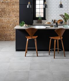 Concrete and cement effect tiles embrace the industrial trend in style. Ceramic Floor Tiles, Bathroom Floor Tiles, Kitchen Tiles, Kitchen Flooring, Tile Floor, Porcelain Tile, Modern Flooring, Industrial Flooring, Grey Flooring