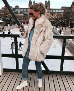 Cute faux fur jacket over denim. Fashion Images, Love Fashion, Winter Fashion, Womens Fashion, Fashion Trends, Casual Fall Outfits, Winter Outfits, Winter Clothes, Pretty Outfits