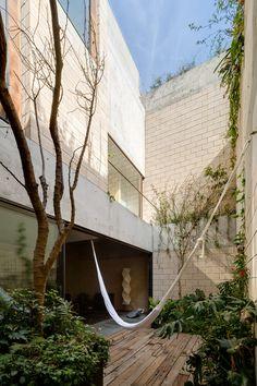 Ambrosi & Etchegaray - Antonio Sola building, Mexico City 2014. Via, photos © Rory Gardner, Rafael Gamo. patio hangmat woning appartement concept binnen buiten