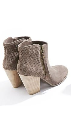 Grey ankle boots #flatlay #flatlays #flatlayapp   www.flat-lay.com